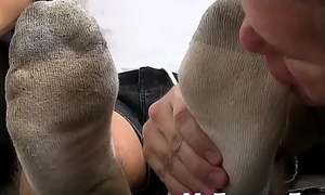 Mature freak worships men arms and sucks off his toes