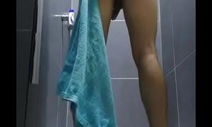 Se masturba en las regaderas del gimnasio