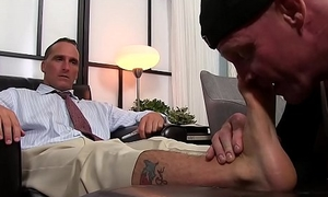 Handsome hunk receives an stunning toe engulfing session