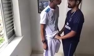 Amigos h&eacute_teros se pegando depois do futebol
