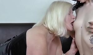 Huge cock guy got lucky today with his hot gf and her mom
