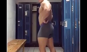 Macho de gym mostrando bulto
